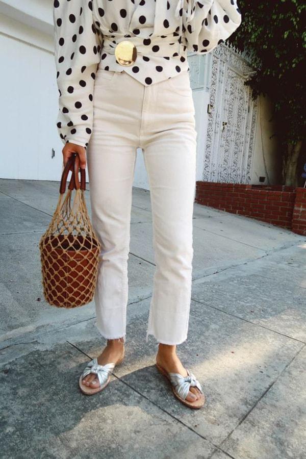 Jeans bianchi e ciabattine rasoterra