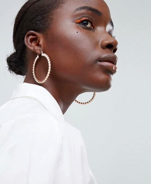 orecchini dorati a cerchio