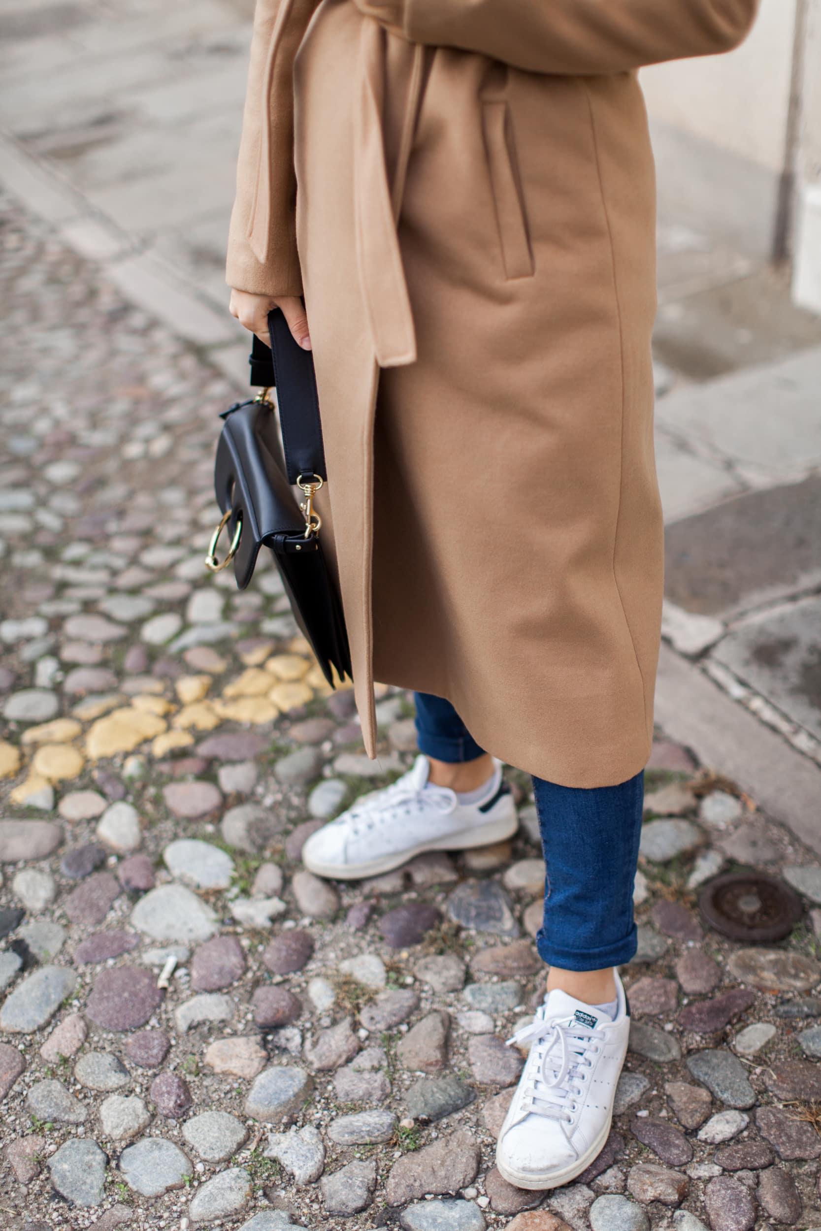 outfit con cappotto cammello